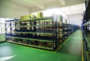 仓库6S管理改善后:对仓库进行合理布局,物资放置、寻找时间大大减少;可用空间从0提升到35%;仓库保管人工费年降低数十万元。图为仓库一角